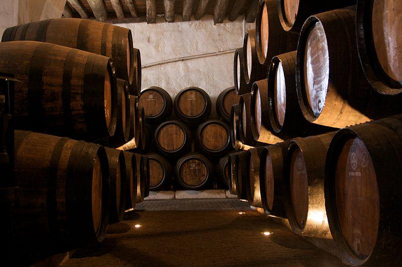 800px-Cave_do_Vinho_do_Porto_03